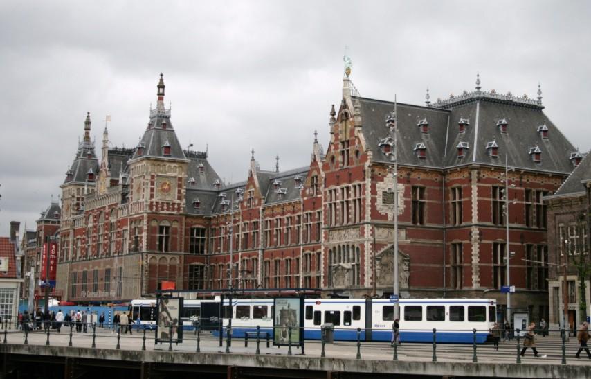 La estación central de trenes en Ámsterdam