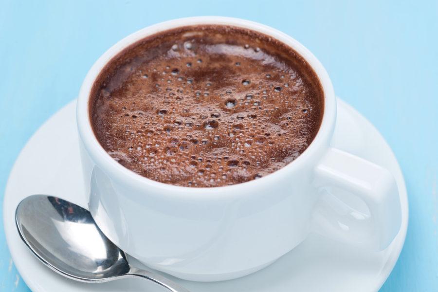 Marchando un chocolate caliente de las mejores chocolaterías de España